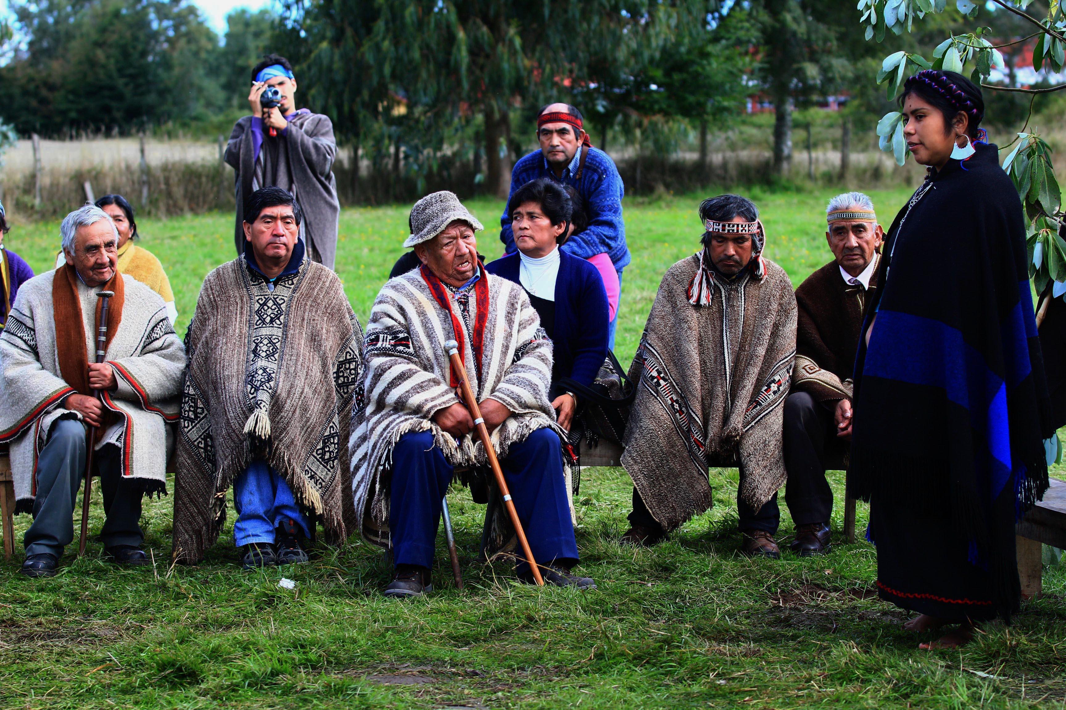 Ceremonia de levantamiento de la primera mujer lonko huilliche en la localidad de Pitriuco, Lago Ranco